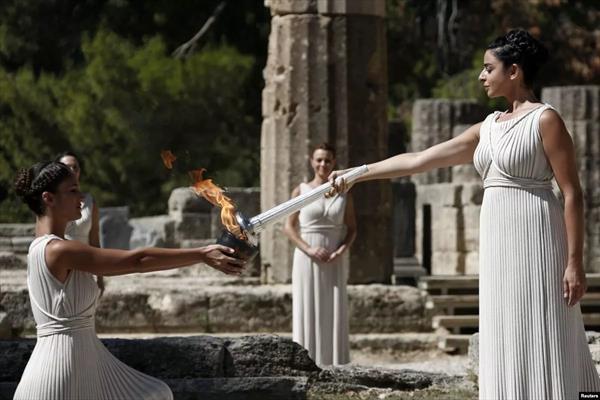 Огонь юношеской зимней Олимпиады-2020 начал свой путь из Греции в Швейцарию 1
