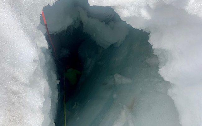 Россиянка провела две ночи внутри ледника в шортах 1