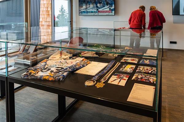 Открылась выставка медалей, завоеванных спортсменами лыжного клуба Кицбюэля 1